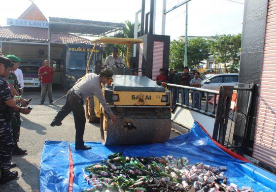 Polres Dumai Musnahkan Ribuan Botol Miras