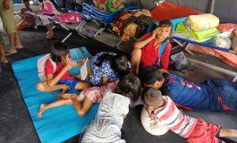 Di Tenda Darurat Anak Pengungsi Banjir Belajar
