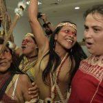 Ekspresi kegembiraan kelompok suku Waorani setelah memenangkan sidang dengan perusahaan minyak besar, atas tanah mereka.