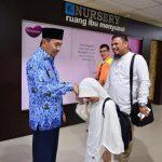 Gubernur Riau Syamsuar menjemput langsung kedatangan gadis cilik berprestasi peraih juara 2 berasal dari Kabupaten Bengkalis, di Bandara Sultan Syarif Kasim (SSK) II Pekanbaru pagi menjelang siang ini