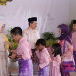 Open House sebenarnya merupakan tradisi masyarakat zaman dahulu yang kini berganti istilah. Saat masa kerajaan, rakyat biasa menghadap ke rumah Sultan saat ada sebuah perayaan baik perayaan tradisi maupun keagamaan.